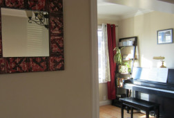 Upright_piano_in_new_home